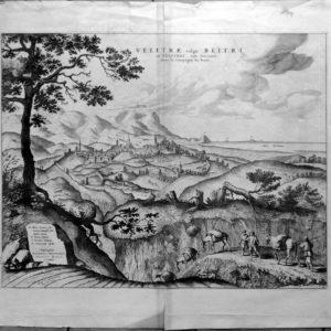 """MORTIER, PIERRE. VELLETRI - MORTIER, PIERRE. 1724. """"VELITRAE VULGO BLITRI OU VELITRES. VILLE ANCIENNE DANS LA CAMPAGNE DE ROME"""". TITOLO IN ALTO AL CENTRO. IN BASSO A SINISTRA: """"DEPINGEBAT GEORGIUS HOEFNAGLE. JOANNES BLAEU EXCUDEBAT. CHEZ P. MORTIER AVEC PRIVILEGE"""". BELLISSIMO E DECORATIVO PAESAGGIO CON LA CITTÀ AL CENTRO VISTA DALL'ALTO. IN PRIMO PIANO VIANDANTI CON MERCANZIE CARICATE SU QUATTRO ASINI. Inc. rame, f. 52x41. In: Mortier P. - Nouveau Théàtre d'Italie... a La Haye"""